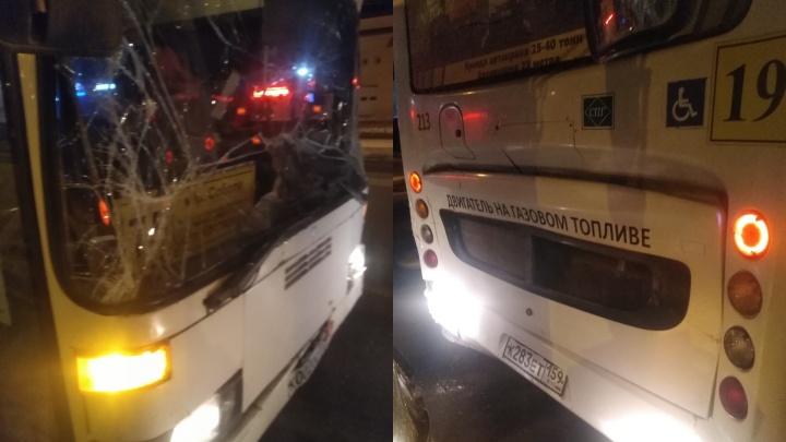 Водитель перепутал передачи? В Перми столкнулись два пассажирских автобуса