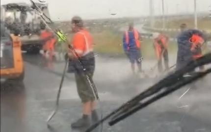 «Успеть к Универсиаде»: укладку асфальта в дождь засняли на трассе под Красноярском