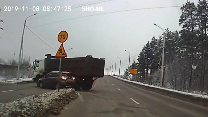В Ярославле грузовик неловким манёвром снёс легковушку