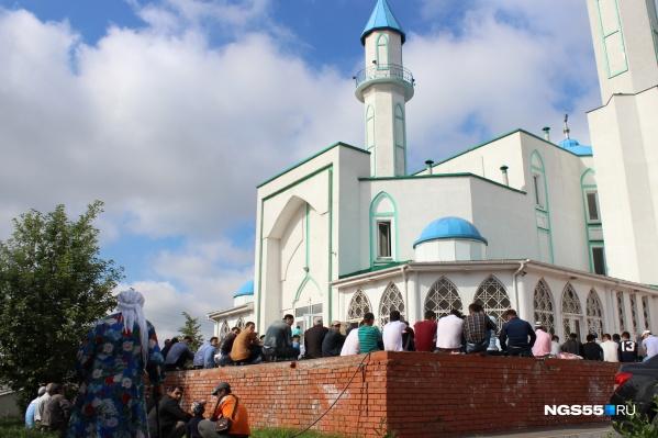 Верующие решили совершить намаз у мечети