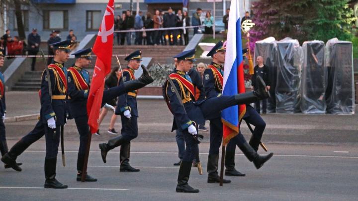 Лихая растяжка, луженые связки и стоптанная туфелька: смотрим генеральную репетицию парада Победы