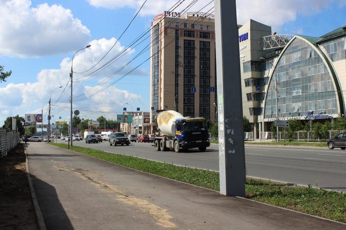Новая трещина на ул. Большевистской образовалась в том же самом месте, где был прошлый провал, только не на дороге, а уже на тротуаре
