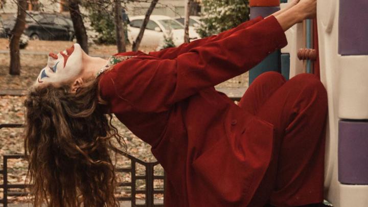 Родители в шоке: актрисы из Сибири сняли безумную фотосессию на детской площадке
