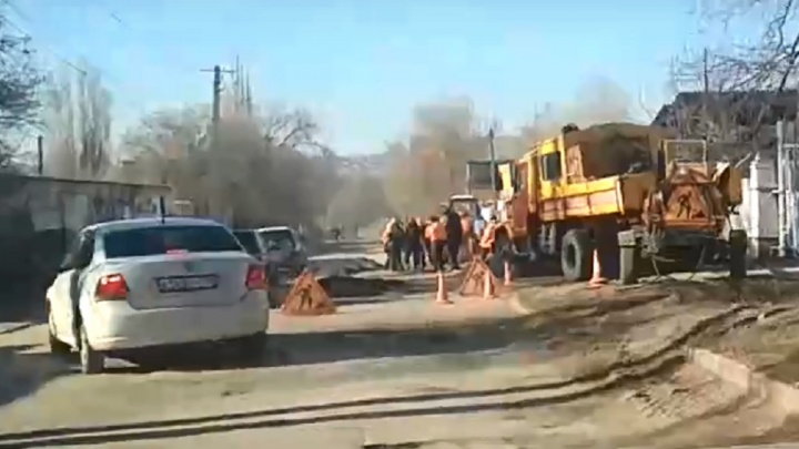 «А ведь обещали капитальный»: на убитой улице Полоненко в Волгограде начался ямочный ремонт