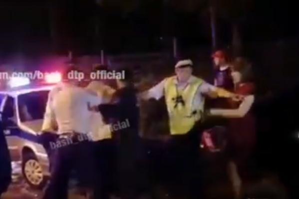 На помощь водителю пришла беременная женщина и группа пьяных молодых людей