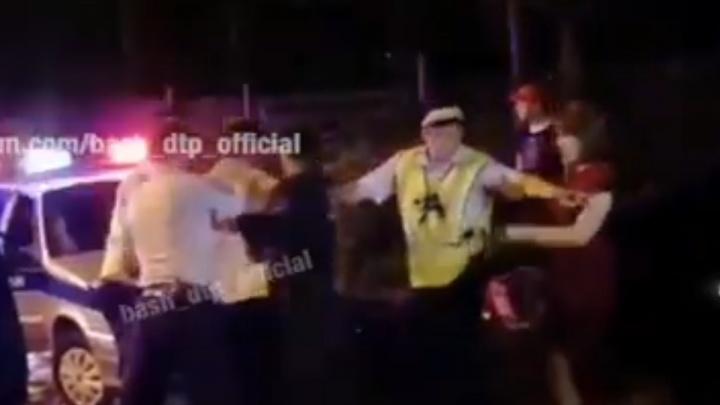 Задержание превратилось в фарс: появился видеоролик поимки водителя в парке Уфы