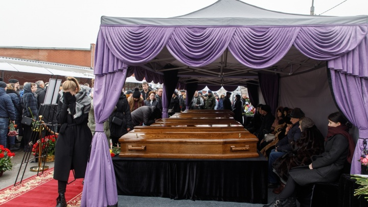 «Лучшим людям»: в Волгограде простились с погибшими в автокатастрофе врачами Соловьевыми