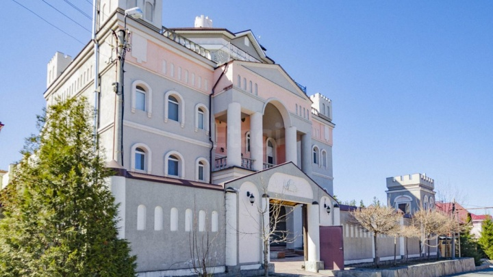 Дом с 20 комнатами на Балтыме подешевел на несколько миллионов, но остался супердорогим