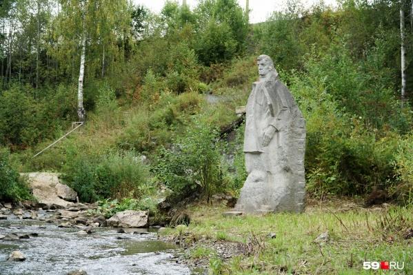 Единственный памятник писателю установлен у реки Архиповки