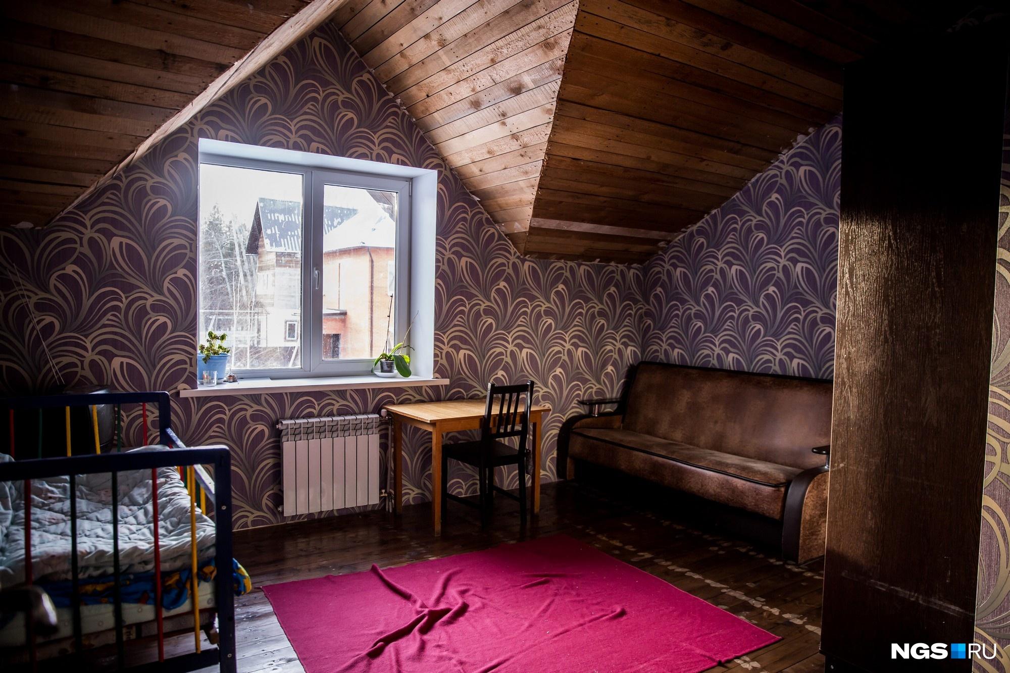 В доме шесть спален — младшие дети спят по трое, а у старших свои отдельные комнаты