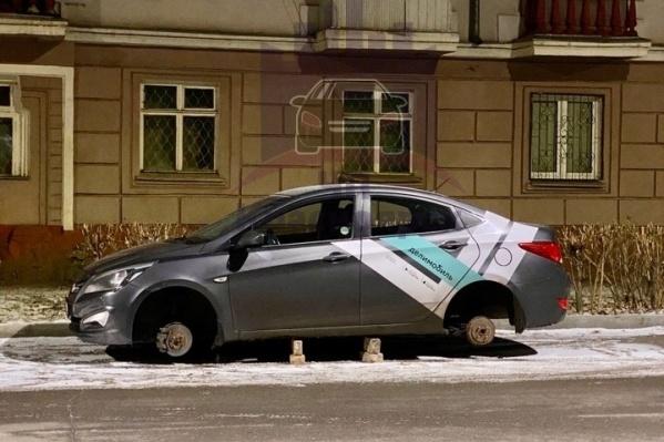 Еще один автомобиль поминутной аренды разули на правобережье