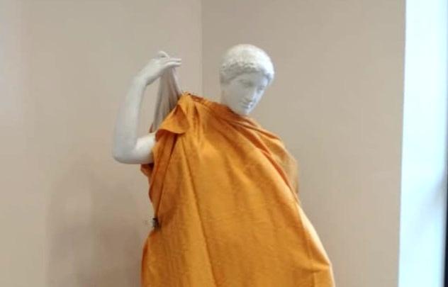Одевать или не одевать? Священники спорят, стоило ли укутывать статуи в новосибирском вузе