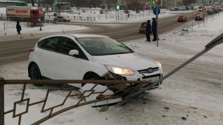 В Первоуральске водитель иномарки выехал на перекрёсток на красный свет и сбил ребёнка