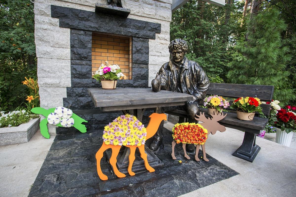 Монумент Ростиславу Шило открыли взоопарке Новосибирска