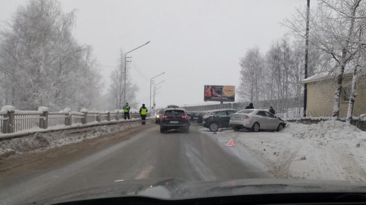 В Архангельске из-за аварии образовалась пробка у железнодорожного моста