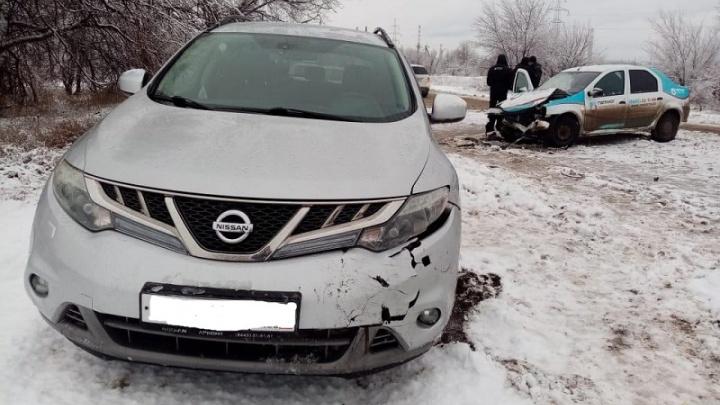 В Волгоградской области в лобовом столкновении иномарок ранен мужчина