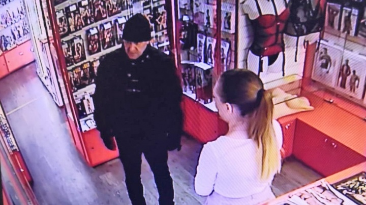 Полиция опубликовала видео с подозреваемым в нападениях на секс-шопы