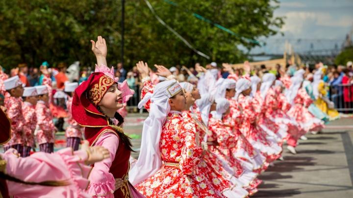 Танцы и борьба: на Михайловской набережной отмечают Сабантуй (фоторепортаж)
