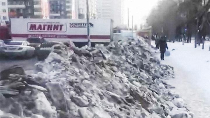 Оставили козью тропку: челябинский супермаркет очистил свою парковку и завалил снегом тротуар
