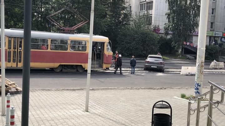 В центре Екатеринбурга встали трамваи из-за застрявшего на путях Porsche