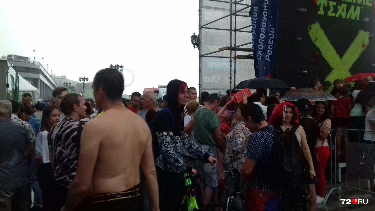 Кто-то даже решил, что без одежды будет лучше — все равно она промокла насквозь