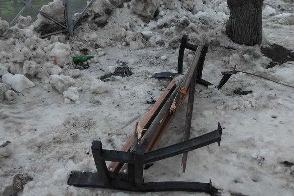 Дорожники сломали скамейку, когда убирали снег