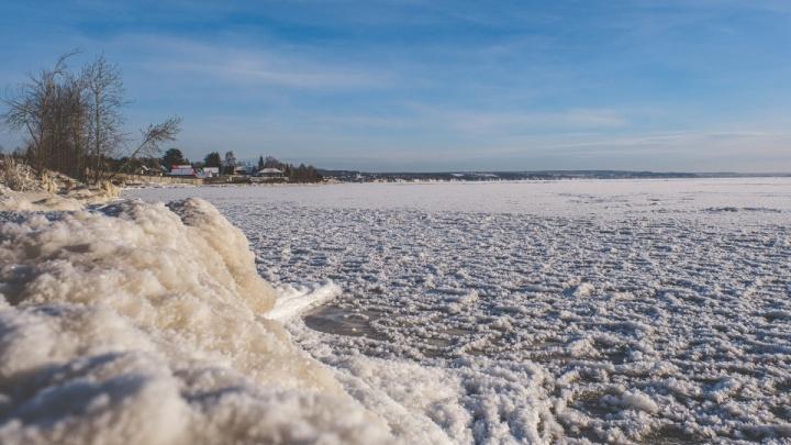 В Перми спасли шестерых рыбаков, уплывших на льдине