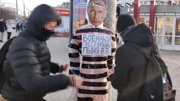 «Никто не хочет его снимать»: в Сеть попало видео установки чучела с лицом президента в центре Перми