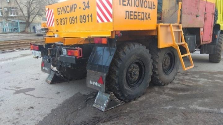 В Волгограде застрявшая на рельсах фура парализовала движение трамваев