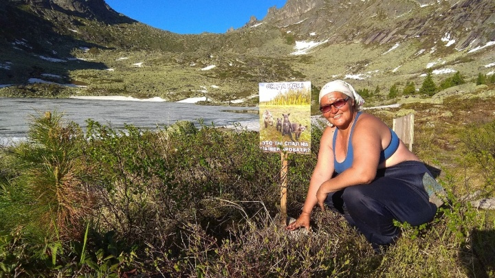 В Ергаках женщина решила охранять природу от туристов и 10 лет на лето приезжает туда жить в палатке