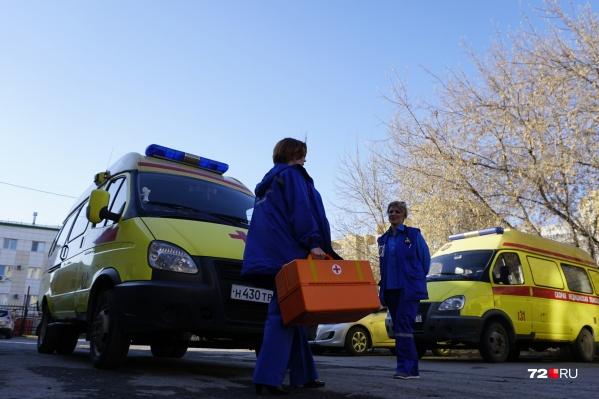За минувший день тюменец дважды вызывал скорую и оба раза сбегал из автомобиля, когда его везли в больницу