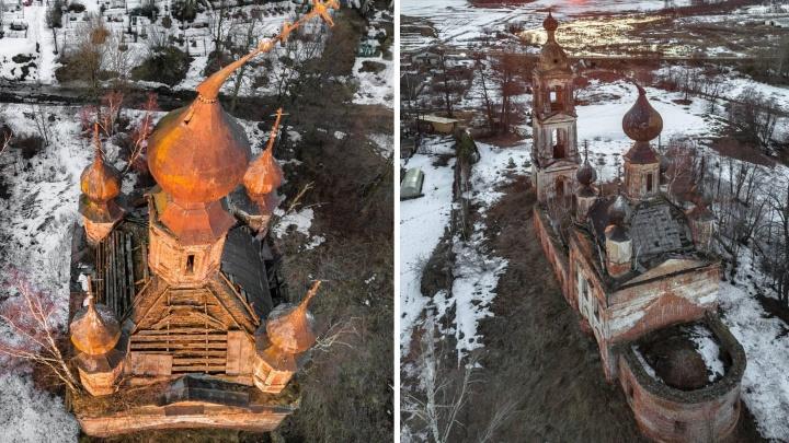 «Хочется плакать»: блогер из Москвы на всю страну показала ярославский храм с падающим крестом