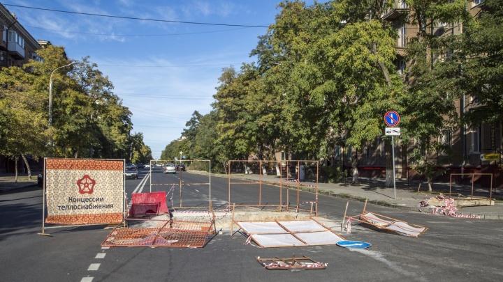 «Не сдвинулись ни на шаг»: коммунальщики не спешат заделывать дырку в центре Волгограда