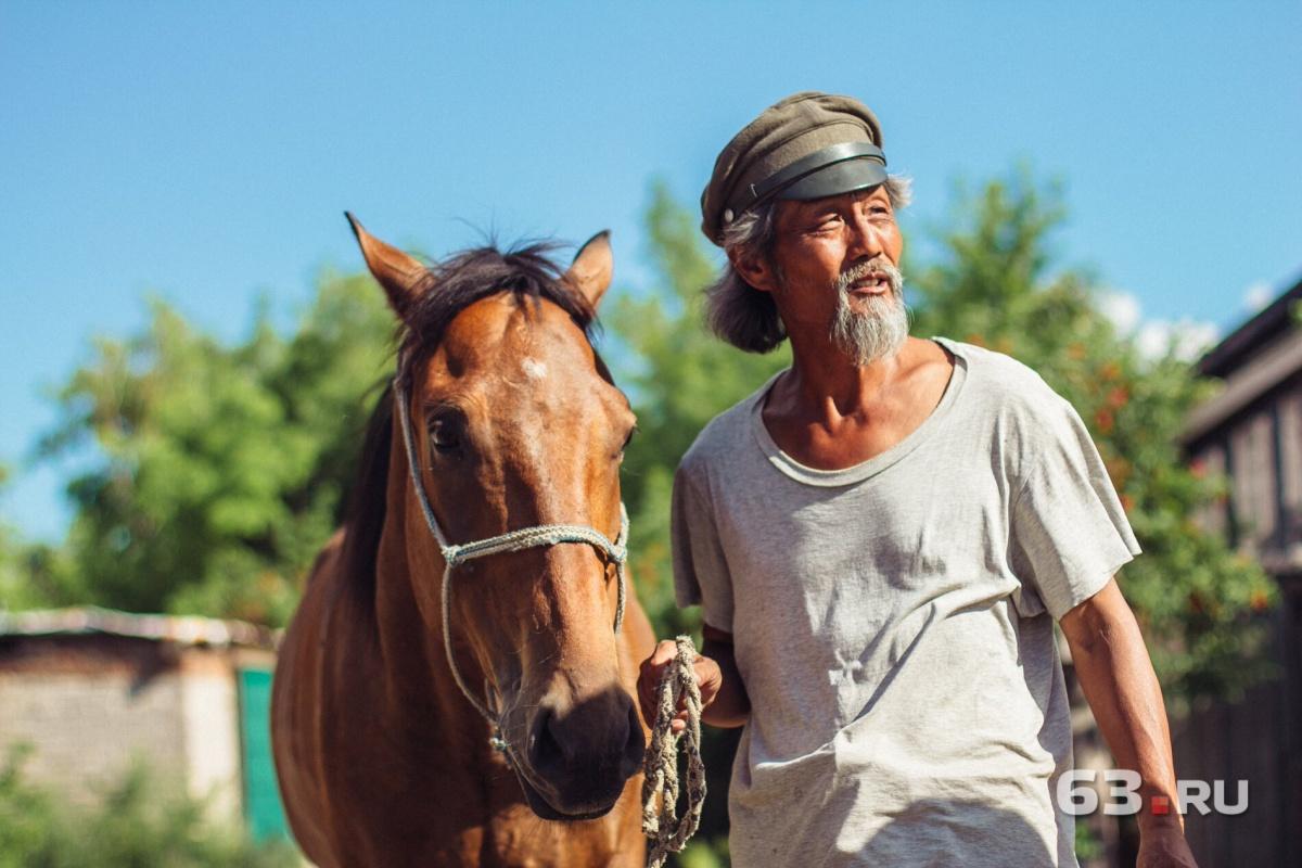 «Я мечтаю увидеть ваш стадион»: в Самару приехал китаец на коне