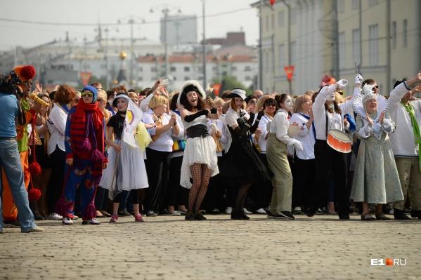 Артисты театров устроили шествие, а потом выступали прямо на улице