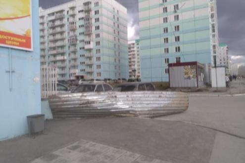 В Плющихинском жилмассиве местные жители заметили большой лист металла, который летал на ветру