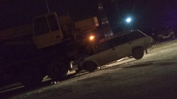 «Водитель мог быть пьян»: в Волгограде «четвёрка» влетела в автокран