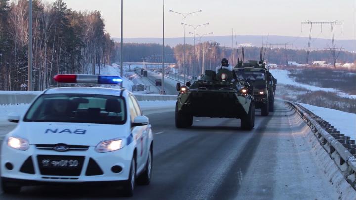 Видео: военные устроили учения на тяжелой технике в сильные морозы
