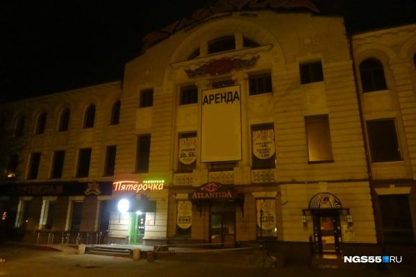 На здании на пр.Карла Маркса,18, висит плакат с надписью «Аренда»