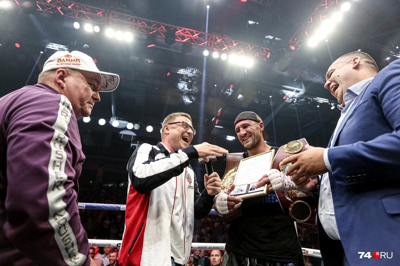 После победы Сергея Ковалёва на ринг поднялся Алексей Текслер для поздравлений