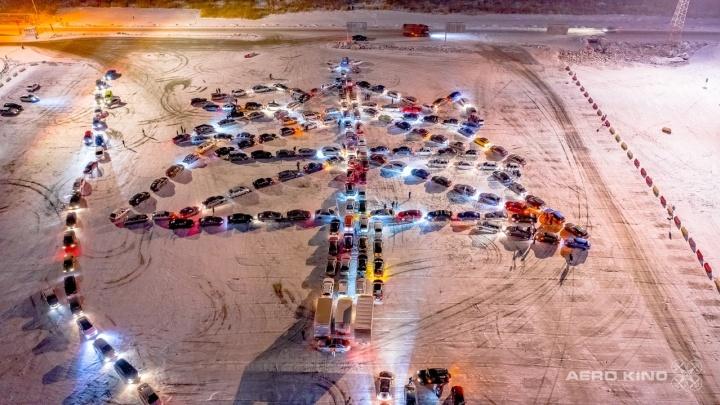 На этот раз 213 легковушек: в Екатеринбурге автомобилисты вновь устроили елку из машин