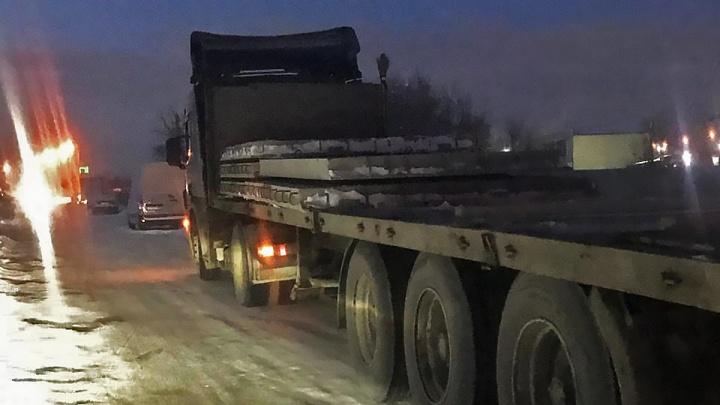 Грузовик на ходу потерял бетонные плиты на дороге в Ленинском районе