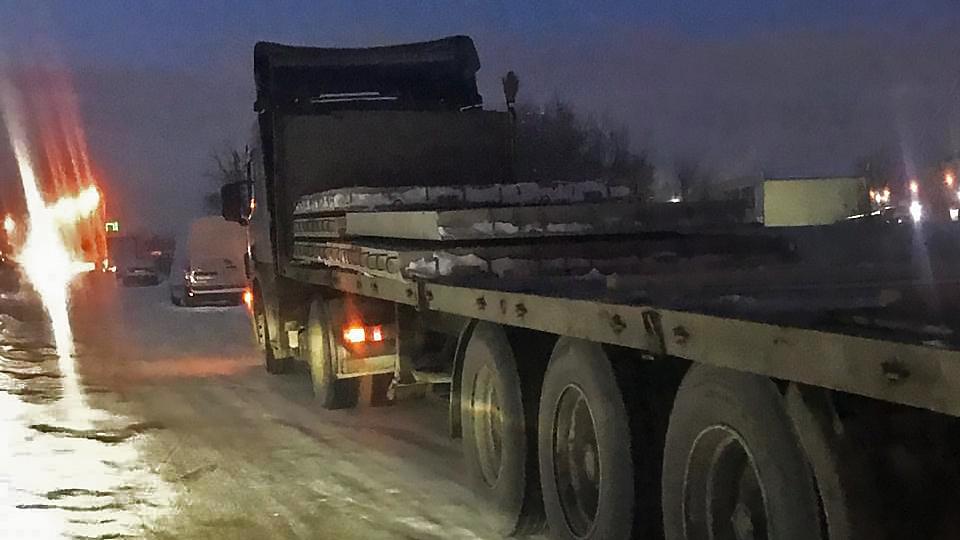 С грузовика скатились две плиты на повороте