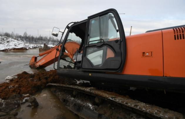 Выезд из Екатеринбурга в Верхнюю Пышму закрыли, чтобы вытащить утонувшие экскаваторы