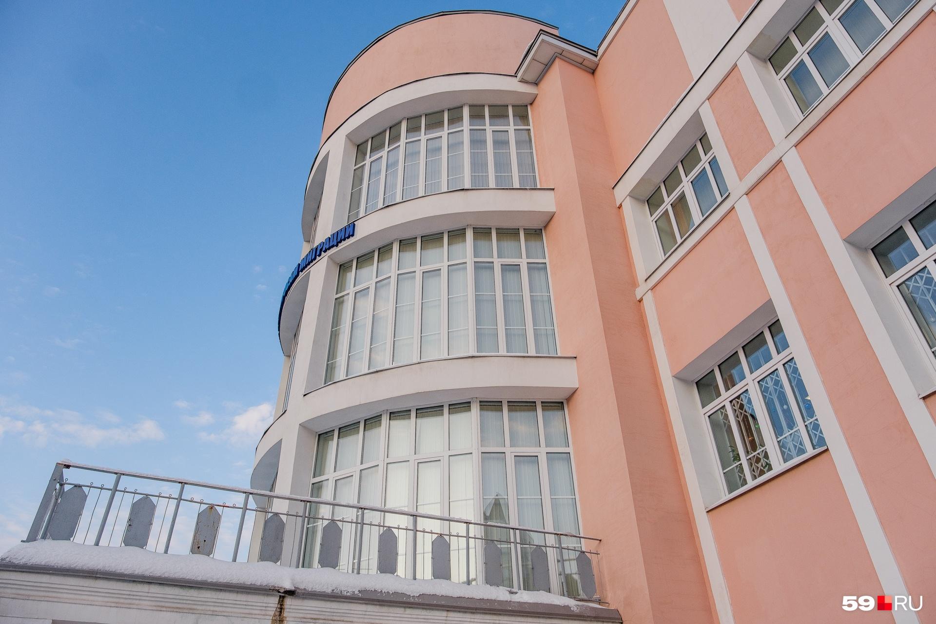 Над входом — большой балкон