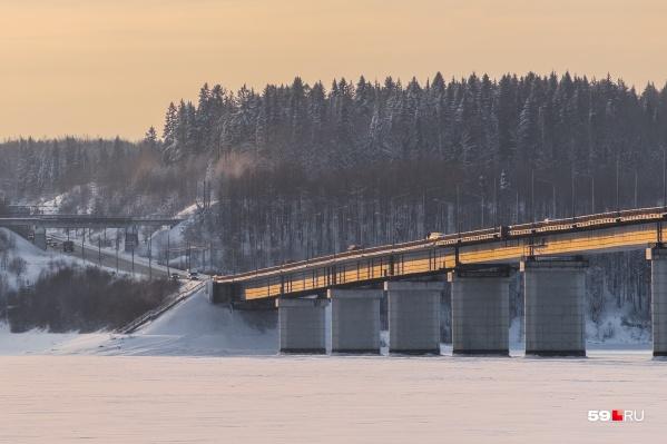 В конце декабря на мосту через Чусовую нашли дефект шва над одной из опор. Движение по мосту сейчас крайне затруднительно