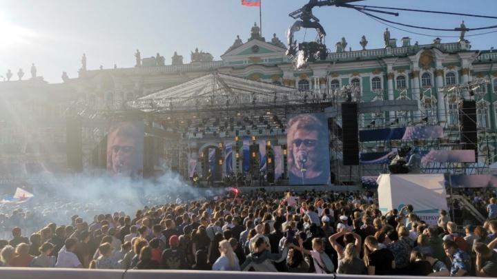 Концерт «Чайфа» в Питере прервали из-за разбушевавшихся моряков: момент попал на видео