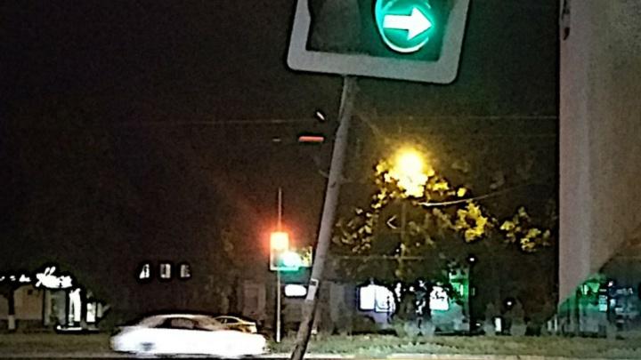 В Ростове сбитый машиной светофор починили с помощью веревки