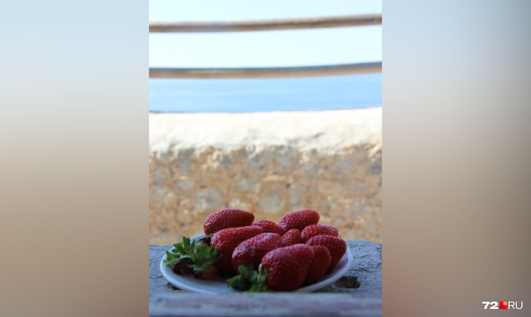Свежие сладкие ягоды в пересчёте на рубли стоят буквально копейки. А вкусные такие, что захочется добавки
