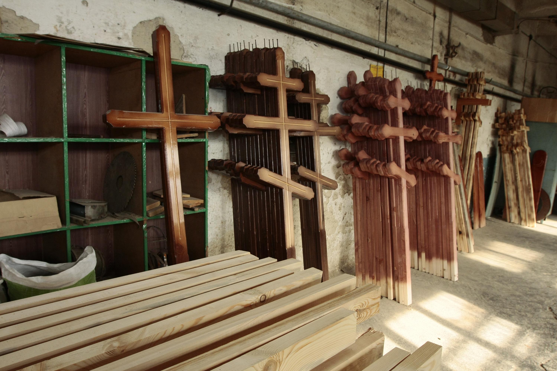 Деревянные кресты — вариант для клиентов, которые не хотят раскошеливаться